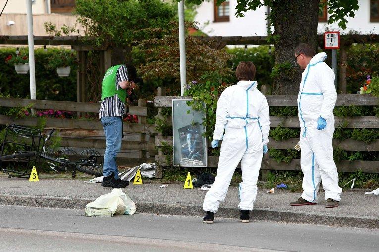 Вооруженный ножом мужчина с криками Аллах акбар! ранил пятерых человек на вокзале в Баварии, один из них находится в тяжелом состоянии. На месте происшествия работают следователи.