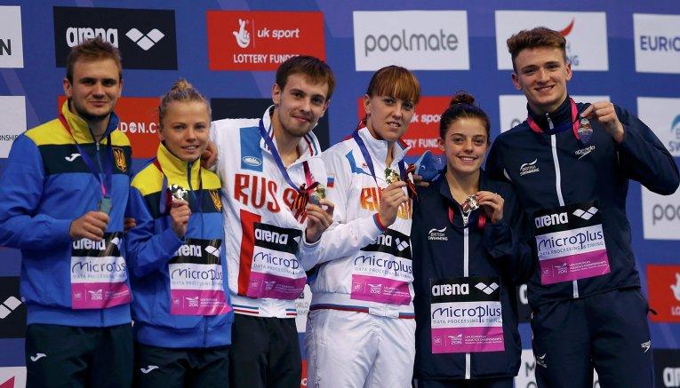 Юлия Прокопчук, вторая слева, и Александр Горшковозов выиграли серебро чемпионата Европы. Наши прыгуны в воду заняли второе место в командных соревнованиях