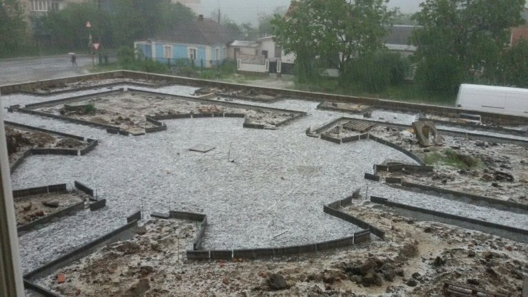 Майская непогода: Умань накрыло градом