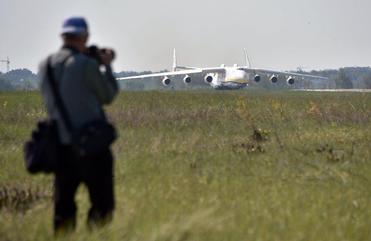 Самый большой самолет в мире, Антонов Ан-225 Мрия, перед взлетом из аэропорта Киев, самолет направляется в Прагу, где заберет генератор весом 130 тонн.