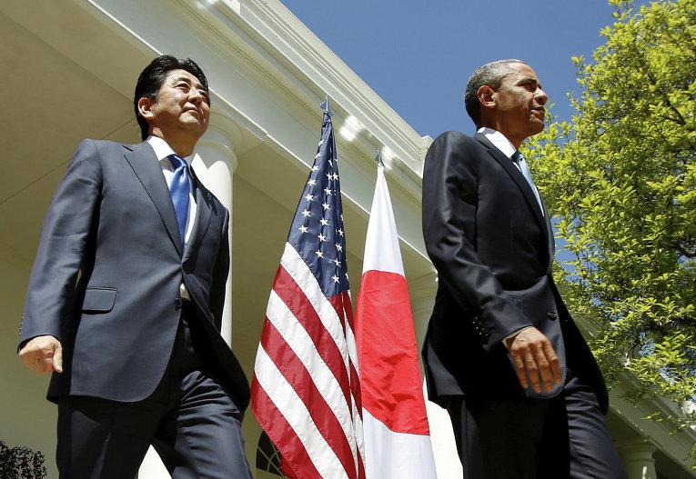 Президент США Барак Обама и премьер-министр Японии Синдзо Абэ идут на совместную пресс-конференцию в Розовом саду Белого дома в Вашингтоне, США.