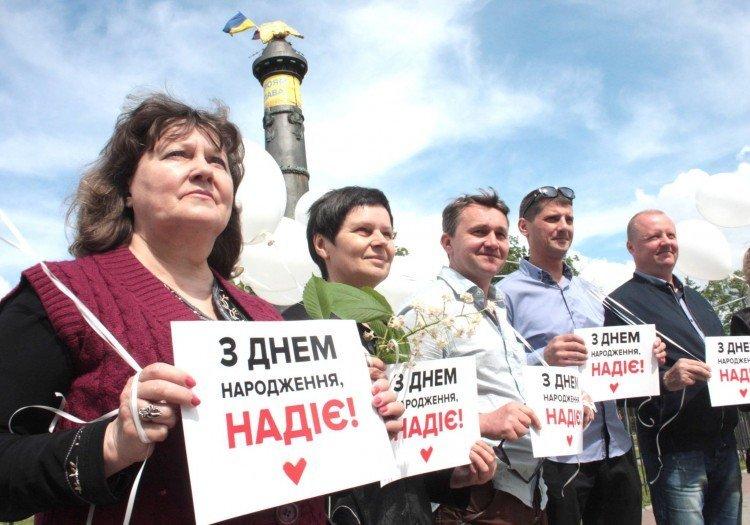 В Полтаве жители города поздравили с днем рождения Надежду Савченко торжественным митингом