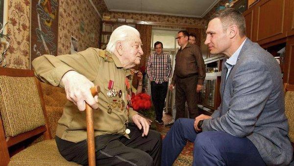 Мэр Киева Виталий Кличко посетил столетнего ветерана ВОВ Геннадия Киркевича
