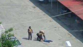 Избиение охранников и штурм рейдерами автостоянки в Киеве (18+). Видео