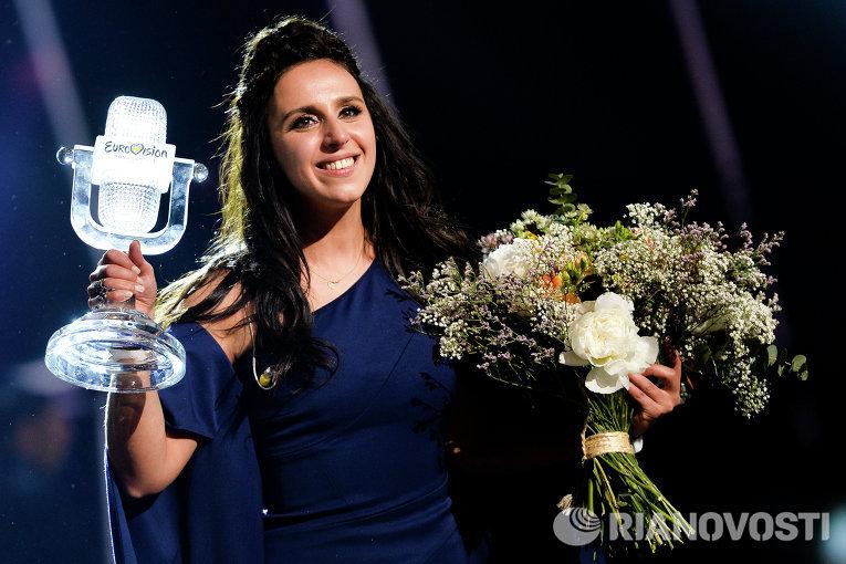 Джамала, победившая в финале международного конкурса Евровидение-2016, на церемонии награждения