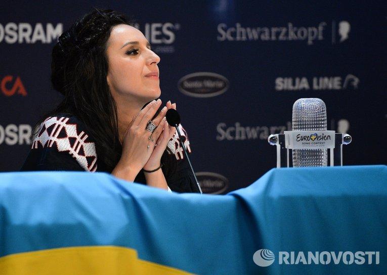 Джамала, победившая в финале международного конкурса Евровидение-2016, отвечает на вопросы журналистов на пресс-конференции после окончания церемонии награждения