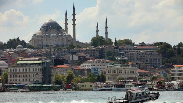 Вид на Голубую мечеть в Стамбуле через пролив Босфор
