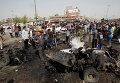 Иракские силы безопасности и жители на месте взрыва заминированного автомобиля в шиитском районе Багдада Садр-Сити. Архивное фото