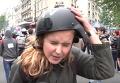 Протесты в Париже: журналистку из РФ ударили по голове в прямом эфире. Видео