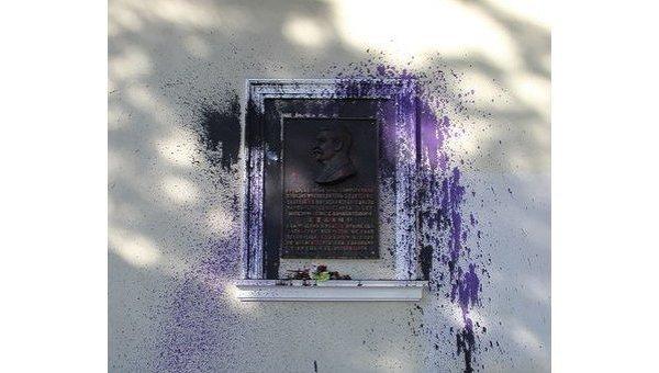 В Симферополе облили краской мемориальную доску Сталину