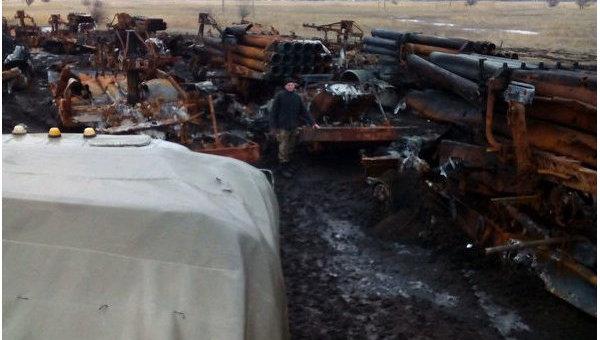 Остатки пяти боевых машин БМ-27 РСЗО Ураган на руинах складов около г. Сватово