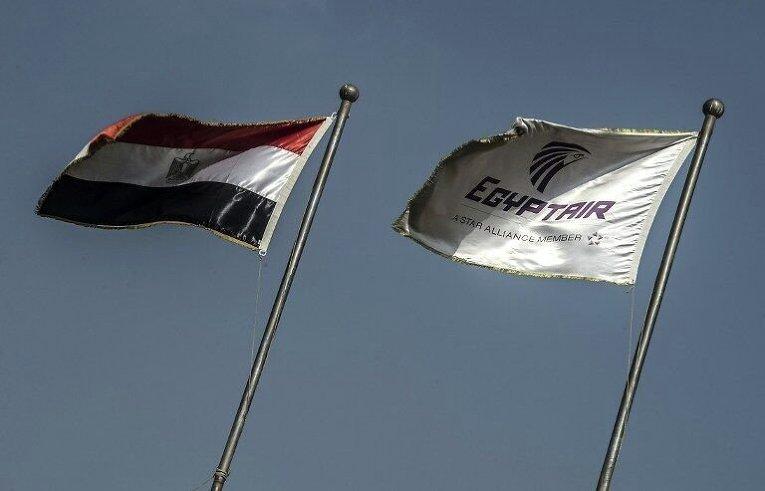 Флаги Египта и EgyptAir в Каире