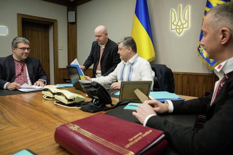 Петр Порошенко в День вышиванки тоже решил надеть вышиванку