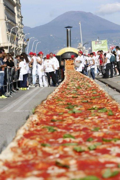 В Италии испекли самую большую в мире пиццу длинной 1,8 км