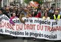 Протестующие с плакатом Нет нарушениям трудового законодательства во время протестов против реформы трудового законодательства в Марселе.