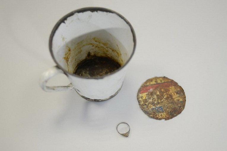 Золотое кольцо и металлическая кружка, найденные в концлагере Освенцим-Биркенау, теперь выставлены в музее