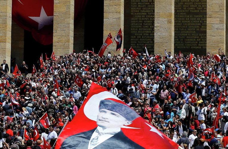 Люди посещают мавзолей Аныткабир во время празднования Дня молодежи и спорта в Анкаре, Турция
