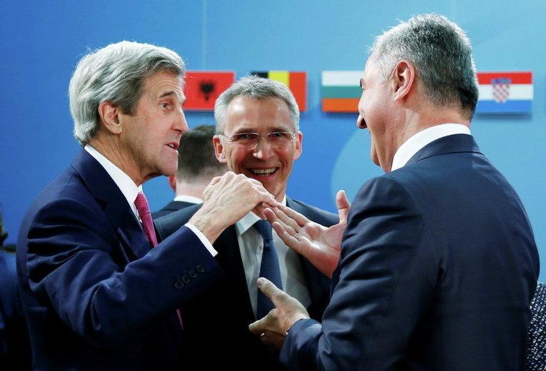 Госсекретарь США Джон Керри, Генеральный секретарь НАТО Йенс Столтенберг и премьер-министр Черногории Мило Джуканович на встрече министров иностранных дел НАТО в штаб-квартире альянса в Брюсселе, Бельгия