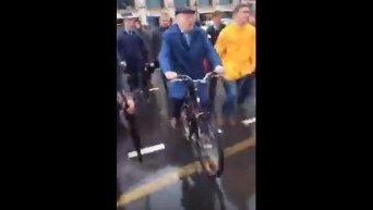 Жириновский на велосипеде. Видео