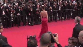 Откровенное платье Беллы Хадид на красной дорожке в Каннах. Видео