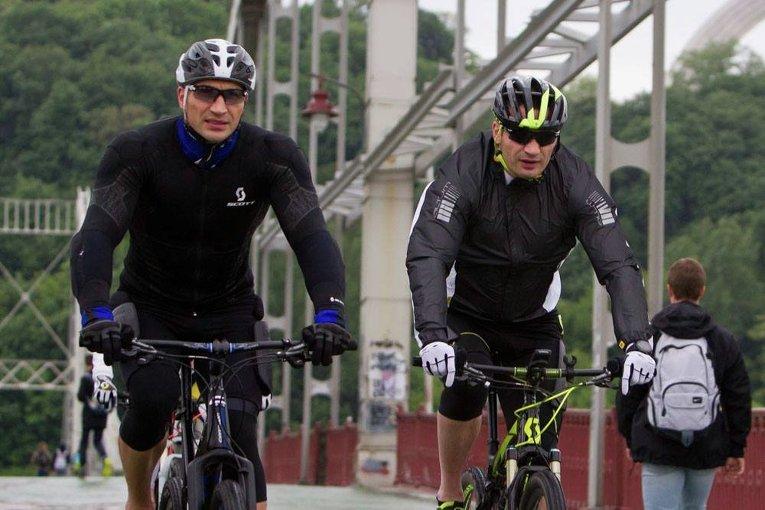 Владимир и Виталий Кличко на велосипедах