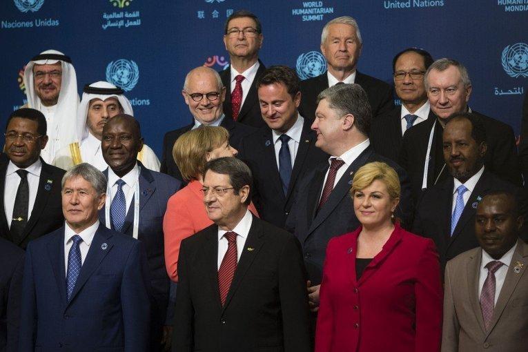 Петр Порошенко и Ангела Меркель в ходе фотографирования на саммите ООН в Стамбуле