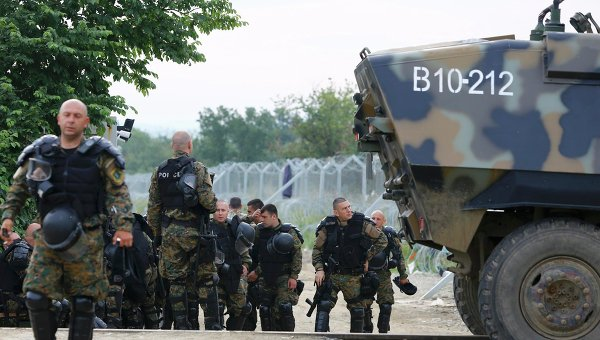 Полиция Греции в лагере мигрантов близ городка Идомени. Архивное фото