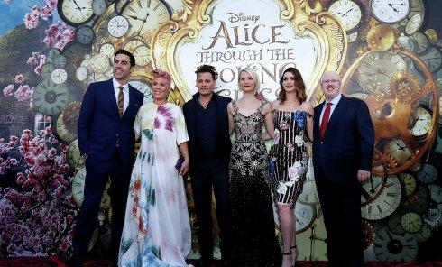 """Депп, Васиковска, Хэтэуэй и Пинк представили в Голливуде """"Алису в Зазеркалье"""""""