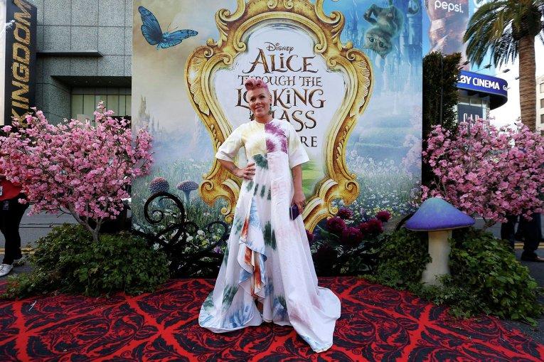 Депп, Васиковска, Хэтэуэй и Пинк представили в Голливуде Алису в Зазеркалье
