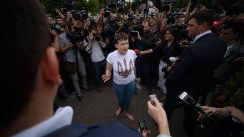 Савченко босая. Общается с журналистами