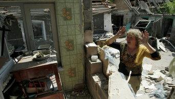 Поврежденный обстрелами дом в селе Старомихайловка в Донецкой области