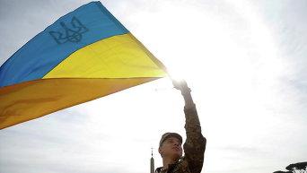Украинский солдат с флагом Украины приветствует Папу Франциска, который прибыл на площадь Святого Петра в Ватикане