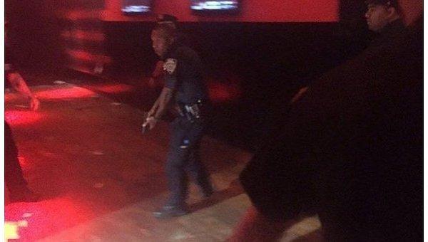 Неизвестный устроил стрельбу во время выступления американского рэпера T.I