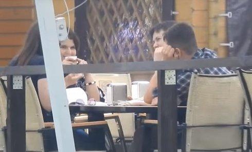 Савченко с друзьями в ресторане. Видео