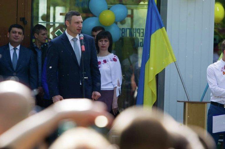 Виталий Кличко в школе на последнем звонке