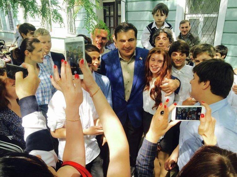 Михаил Саакашвили в школе на последнем звонке
