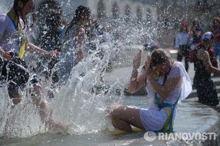 Выпускники на Майдане Незалежности в Киеве купаются в фонтанах