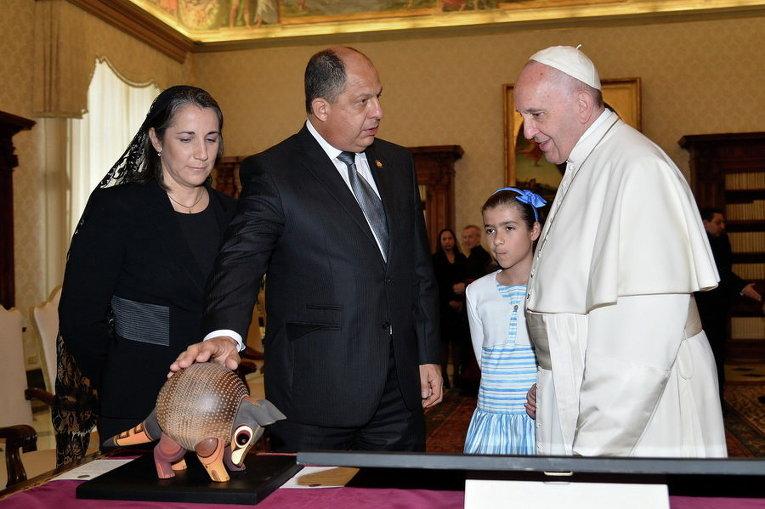 Папа Франциск обменивается подарками с президентом Коста-Рики Луисом Гильермо Солисом во время частной аудиенции в Ватикане
