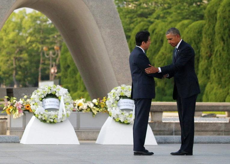Президент США Барак Обама и премьер-министр Японии Синдзо Абэ возложили венки в Мемориальном парке мира в Хиросиме