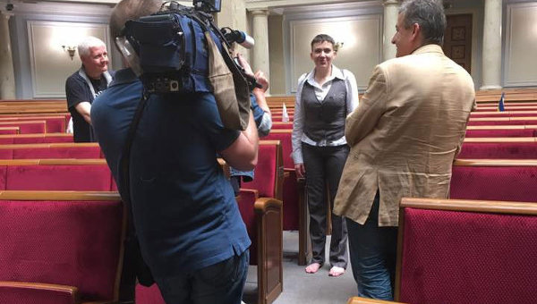 Савченко пришла в Раду босиком