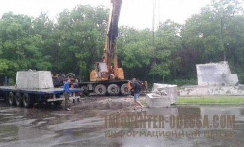 В Одессе демонтировали самый большой памятник Ленину
