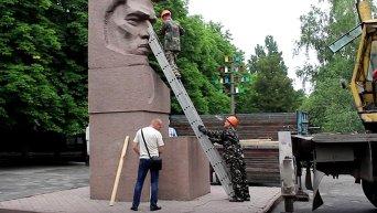 Декоммунизация в Херсоне: демонтаж памятника Цюрупе. Видео