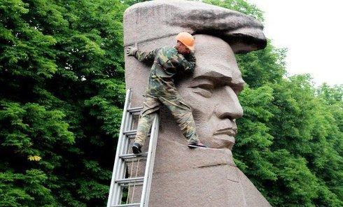 Демонтаж памятника Цюрупе в Херсоне
