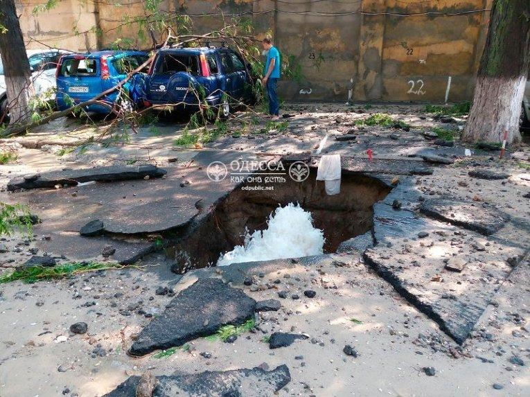 ВОдессе мощнейший поток воды разорвал асфальт