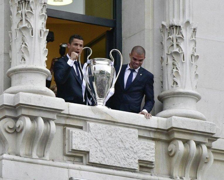 Роналду и Пепе с кубком УЕФА