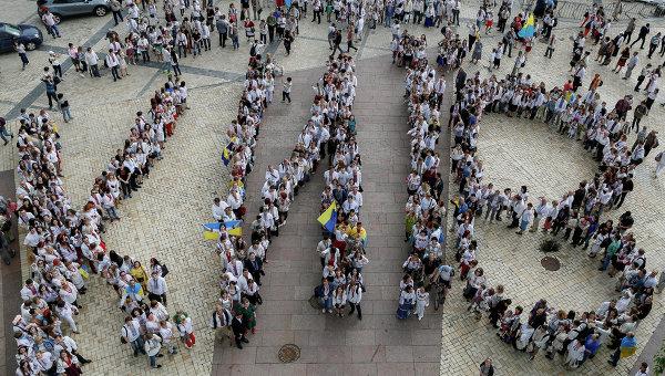 Украинцы выстроились в надпись Киев
