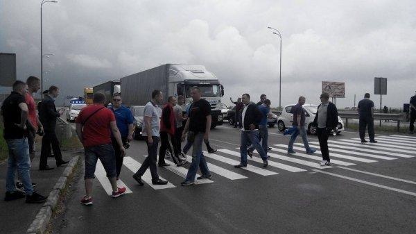 Под Ровно перекрыли трассу Киев-Чоп