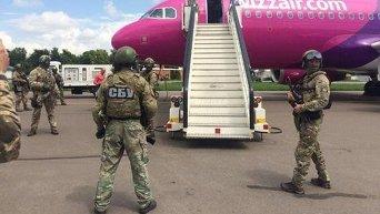 Бойцы СБУ в аэропорту Киев после сообщения о минировании
