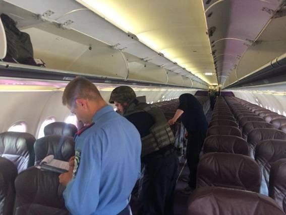 Обыск самолета в аэропорту Киев после получения сообщения о минировании