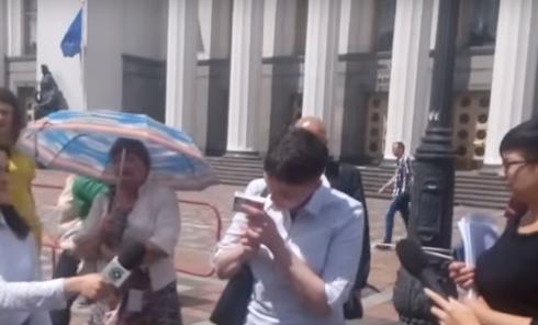 Вредные привычки: нардеп Савченко курит под Радой